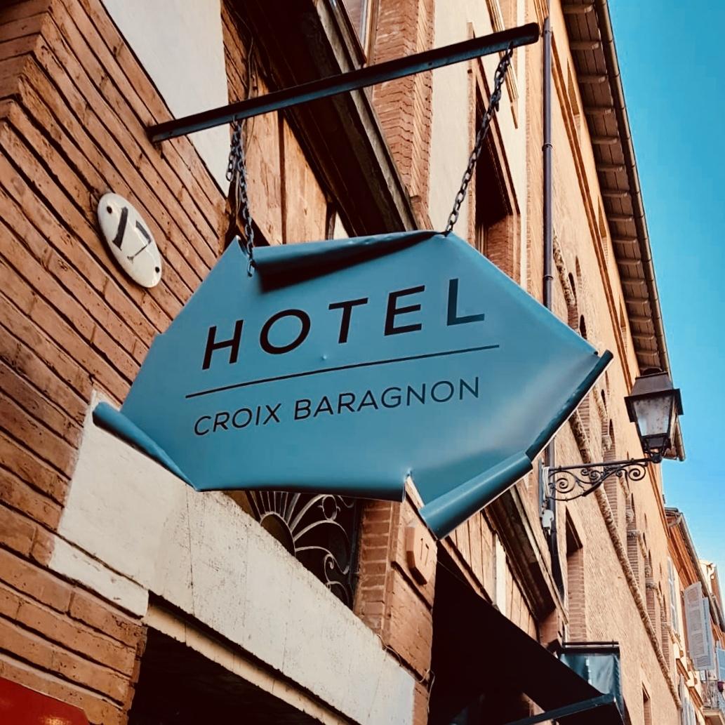 Enseigne Toulouse enseigne drapeau hotel croix baragon à Toulouse