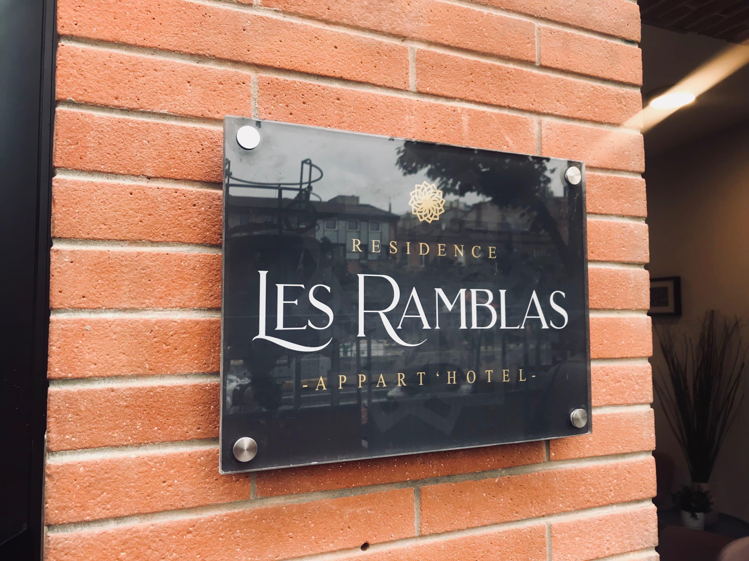 Fabrication d'une enseigne plexiglas pour la signalétique et devanture de l'hotel les Ramblas Toulouse