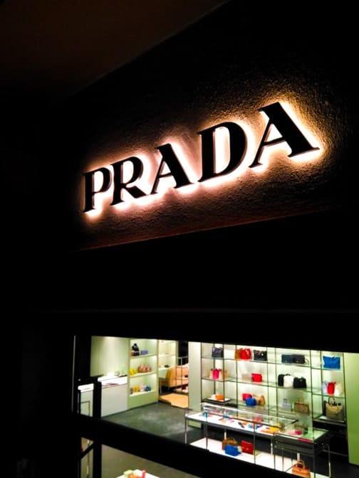 Fabrication et pose d'une enseigne lumineuse led pour Prada à Toulouse