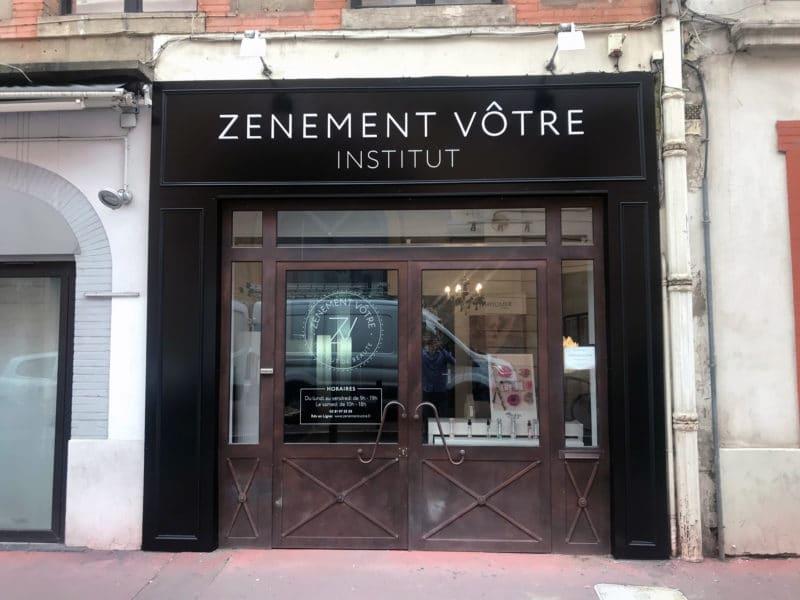 Pose des enseigne lumineuse de l'institut de beauté Zv à Toulouse et signalétique
