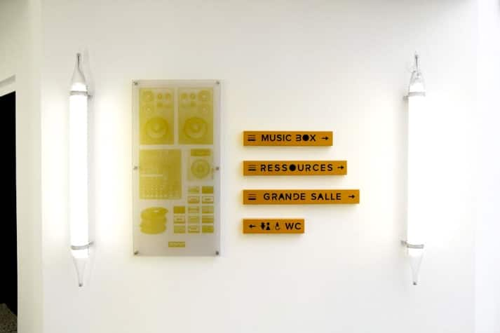 plaques plexiglas sign 39 enseigne. Black Bedroom Furniture Sets. Home Design Ideas